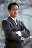 детеныши азиатского бизнесмена промышленные напольные Стоковые Фотографии RF