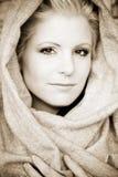 детеныши арабской вуали красотки нося стоковые изображения
