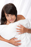 детеныши белой женщины красивейшей кровати лежа Стоковые Фото