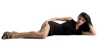 детеныши белой женщины предпосылки лежа сексуальные Стоковое Изображение