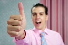 Детеныши бизнесмена с одобренным знаком руки Стоковое Фото