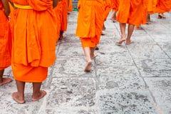 детеныши буддийского послушника монахов группы гуляя Стоковое Изображение RF