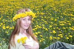детеныши венка женщины одуванчиков милые Стоковые Фотографии RF