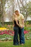 детеныши включенные парами целуя Стоковая Фотография