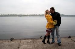 детеныши влюбленности пар целуя Стоковые Изображения