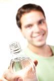 детеныши воды человека бутылки изолированные удерживанием Стоковая Фотография RF