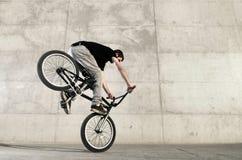 детеныши всадника bmx велосипеда Стоковое фото RF