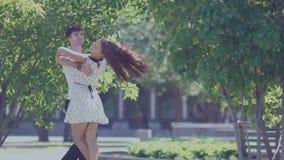 Детеныши в танцах пар влюбленности в улице Профессиональные танцоры сток-видео