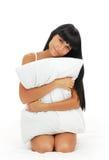детеныши девушки брюнет кровати белые Стоковые Изображения RF