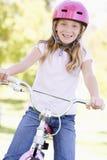 детеныши девушки велосипеда outdoors сь Стоковые Изображения RF