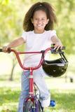 детеныши девушки велосипеда outdoors ся Стоковое Изображение RF