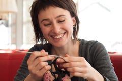 детеныши девушки вязания крючком Стоковые Фото