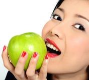 детеныши девушки еды яблока азиатские Стоковая Фотография RF