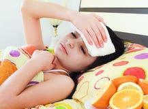 детеныши девушки кровати больные Стоковые Фото