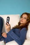 детеныши девушки мобильного телефона Стоковые Изображения RF