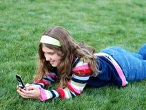 детеныши девушки мобильного телефона стоковое изображение rf