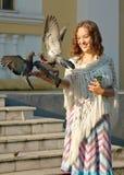 детеныши девушки питания dove стоковая фотография