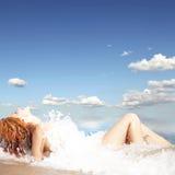 детеныши девушки пляжа с волосами красные сексуальные стоковые фото