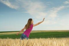 детеныши девушки поля Стоковое Изображение