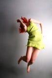 детеныши девушки скача Стоковая Фотография