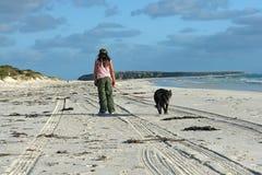 детеныши девушки собаки пляжа Стоковые Изображения
