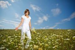 детеныши девушки цветка поля Стоковое Фото