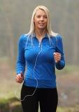 детеныши девушки jogging Стоковые Фотографии RF