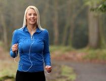 детеныши девушки jogging Стоковое Изображение RF