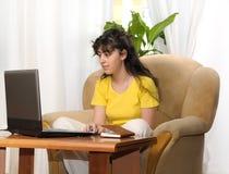 детеныши домашней женщины работая Стоковое фото RF