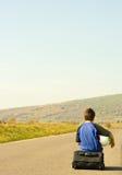 детеныши дороги мальчика прицепляя Стоковая Фотография