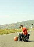 детеныши дороги мальчика прицепляя Стоковые Изображения RF