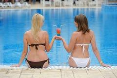 Детеныши 2 девушки в бикини на бассейне Стоковое фото RF