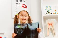 Детеныши 5 лет старого дантиста изучая рентгеновский снимок черепа Стоковое Изображение
