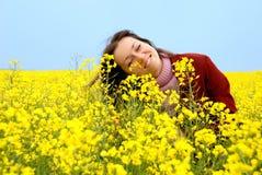 детеныши желтого цвета девушки цветков стоковые изображения