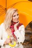детеныши желтого цвета женщины зонтика осени красивейшие Стоковые Изображения RF