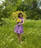 детеныши желтого цвета женщины зонтика солнцецвета Стоковое Фото