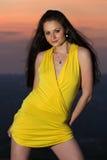 детеныши желтого цвета женщины платья брюнет сексуальные короткие Стоковая Фотография