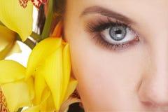 детеныши желтого цвета женщины цветка счастливые Стоковое Изображение RF