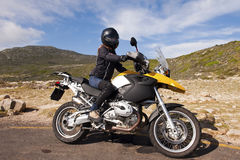 детеныши желтого цвета женщины bike Стоковые Фото