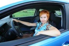 детеныши женщины автомобиля Стоковое Изображение