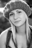 детеныши женщины белокурого knit шлема нося стоковая фотография