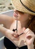 детеныши женщины бикини пляжа ослабляя стоковые фотографии rf