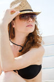 детеныши женщины бикини пляжа ослабляя стоковые изображения rf
