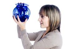 детеныши женщины вазы стоковые фотографии rf