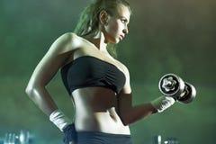 детеныши женщины веса тренировки Стоковые Изображения RF