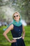 детеныши женщины весны парка стоковая фотография