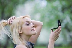 детеныши женщины весны парка Стоковая Фотография RF