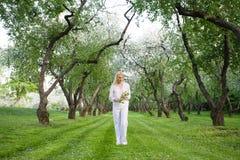 детеныши женщины весны парка Стоковое Изображение RF