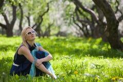 детеныши женщины весны парка Стоковые Фото