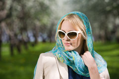 детеныши женщины весны парка стоковые изображения rf